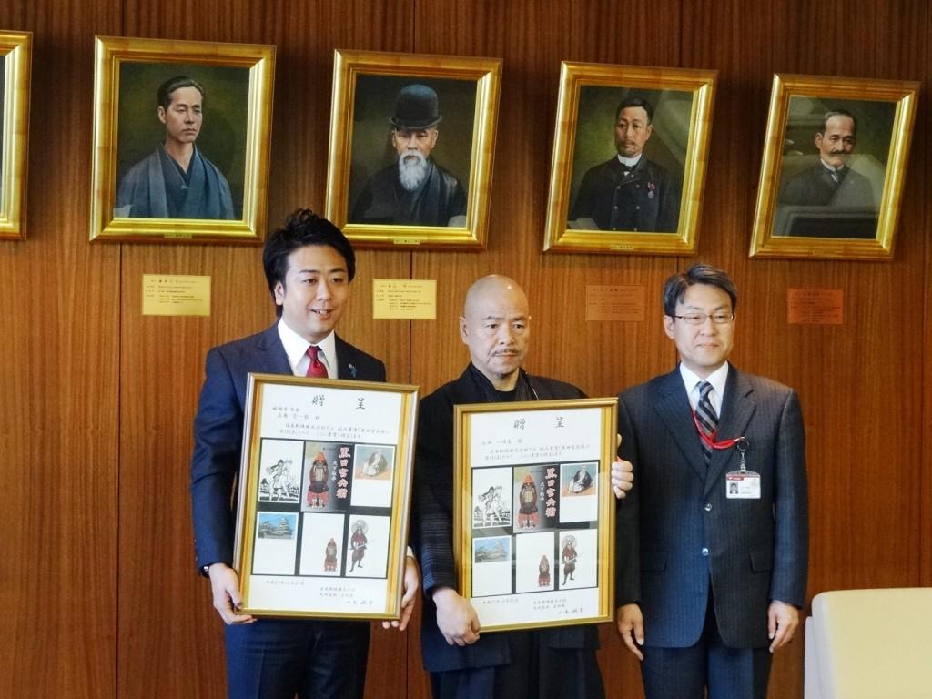 日本郵便の九州支社長より記念額の贈呈式(黒田官兵衛の絵入りはがき)